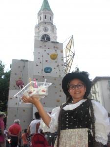 ragazza in costume ladino con gelati