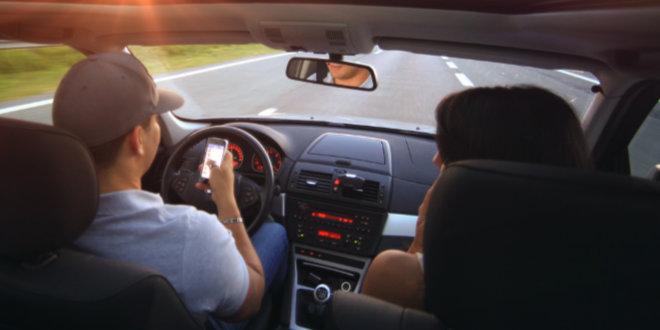 È permesso ricaricare il cellulare in auto